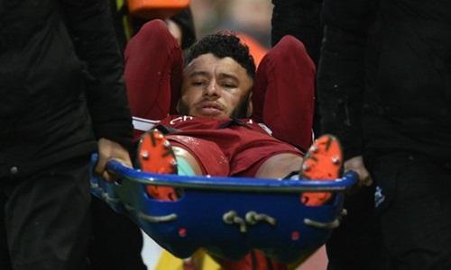 Oxlade-Chamberlain không thể tham dự World Cup vì chấn thương ở trận gặp Roma. Ảnh: Reuters.