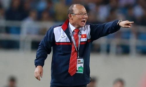 HLV Park Hang-seo mới có hai trận dẫn dắt ĐTQG Việt Nam, nhưng ông không mất nhiều thời gian để thích nghi, tạo ra một tập thể hài hoà giữa lứa U23 với các đàn anh. Ảnh: AFC.