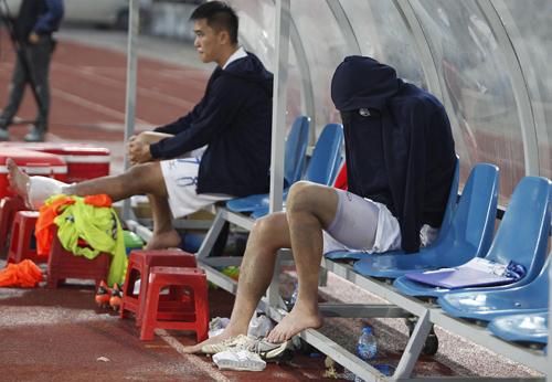 Tuấn Anh ngồi khóc sau khi dính chấn thương trên sân Lạch Tray. Ảnh: Đăng Huỳnh