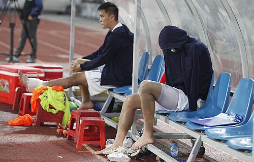 Tuấn Anh che mặt khóc sau khi phải rời sân sớm vì chấn thương.