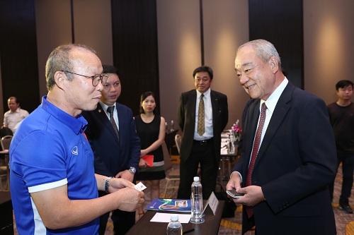 Ông Kajirawa Junichitrao đổi với huấn luyện viên trưởng Park Hang Seo tại lễ ký kết.