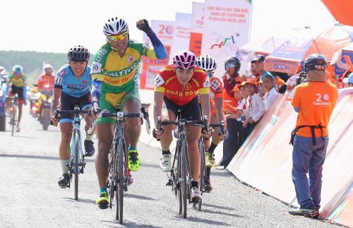 Vũ Linh là tay đua đầu tiên của Cup Truyền hình sau 30 năm tổ chức cán đích đầu tiên ở đất mũi. Ảnh: Văn Thuận.