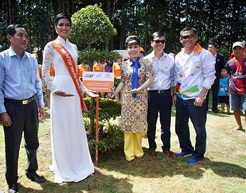 Tại lễ trao giải chặng 27 ngay tại đất mũi Cà Mau, nhà tài trợ chính đã trao chứng nhận tài trợ xây phòng tin học cho trường THCS xã Đất Mũi (Cà Mau) trị giá 200 triệu đồng. Ảnh: Văn Thuận.