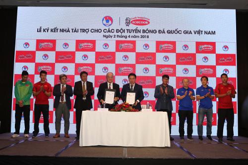Đại diệnVFF và ông Kajiwara Junichiký kết tài trợ cho đội tuyển quốc gia.