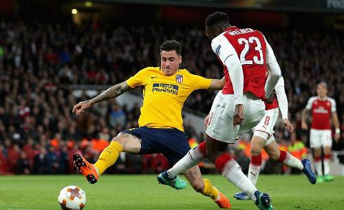 Arsenal (đỏ trắng) lỡ cơ hội tạo đột biến trong cuộc đua vào chung kết. Ảnh:AFP.