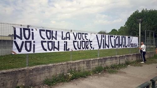 Băng rôn được nhóm CĐV ultra Juventus treo ngoài sân tập. Ảnh: Mediaset.