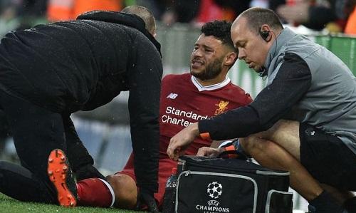 Chấn thương củaOxlade-Chamberlain khiến Liverpool thiếu hụt tiền vệ. Ảnh: Reuters.