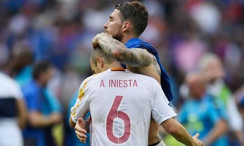 Ramos và Iniesta trong màu áo tuyển Tây Ban Nha. Ảnh: Reuters.