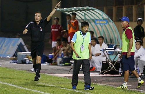 Trọng tài Nguyễn Trọng Thư trong trận đấu giữa Khánh Hoà và Quảng Ninh ở vòng 5.
