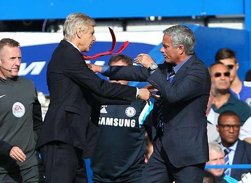 Mourinho từng ẩu đả với Wenger ngoài đường biên năm 2014. Ảnh: PA.