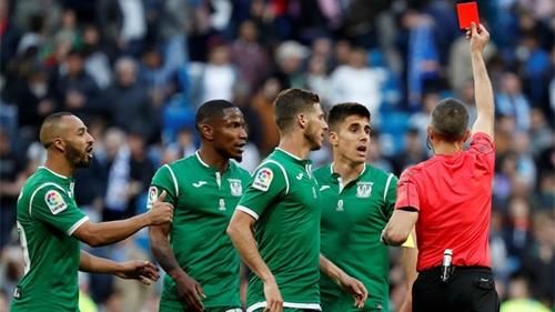 Trọng tàiVillanueva rút thẻ đỏ đuổi Gabriel của Leganes. Ảnh: Reuters.