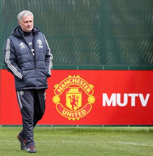 Mourinho trên sân tập, chuẩn bị cho trận gặp Arsenal. Ảnh: Reuters.
