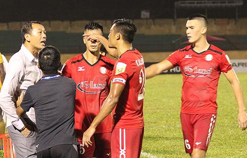 HLV Đức Thắng và trung vệ Đình Luật to tiếng với nhau sau trận đấu.