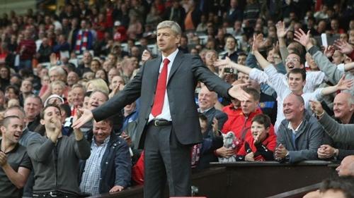 Wenger đứng trên khán đài Old Trafford năm 2009. Ảnh: Sports Mail.