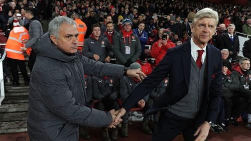 Quan hệ giữa Mourinho và Wenger đã ấm lên từ năm 2015. Ảnh: PA.