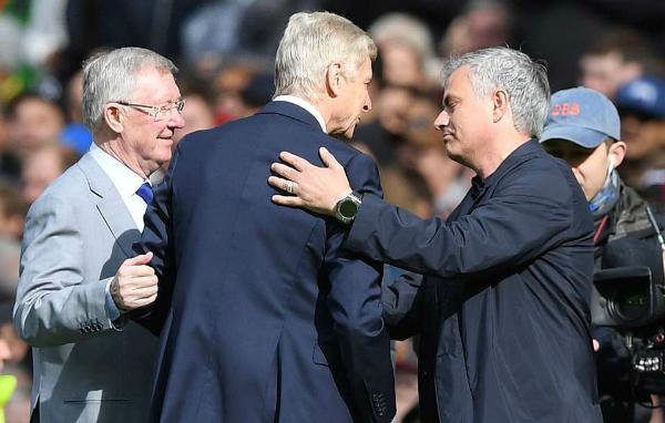 Wenger (giữa) được chào đón nồng hậu ở Old Trafford. Ảnh: Reuters.