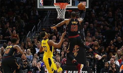 Tỏa sáng ở game 7, LeBron James (số 23) loại bỏ được đối thủ khó chịuLance Stephenson. Ảnh: AP.