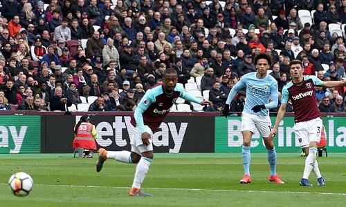 Hàng thủ West Ham mắc nhiều sai lầm, dẫn đến những bàn thua. Ảnh: Empics.