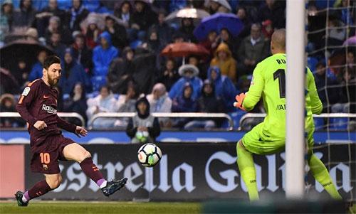 Messi vô lê nhân đôi cách biệt cho Barca. Ảnh: Reuters