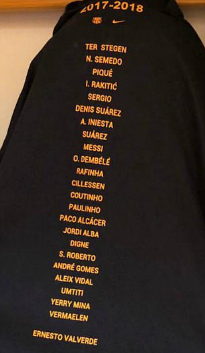 Phía sau chiếc áo vinh danh có tên cầu thủ và huấn luyện viên Valverde.