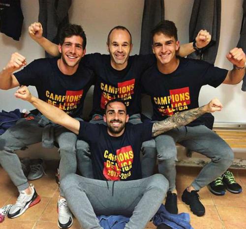 Cầu thủ Barca mặc áo vinh danh chức vô địch quốc gia thứ 25. Ảnh:Twitter.