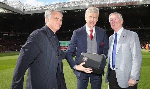Ferguson và Mourinho tặng quà cho Wenger. Ảnh: Man Utd.