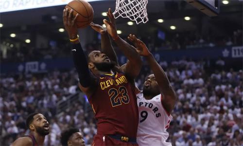 Nhà vuaLeBron James thể hiện sức mạnh ngay trên đất Canada. Ảnh: AP.