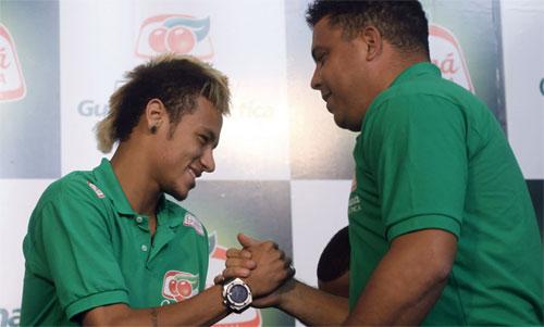 Ronaldo béo không tin đội cũReal sớm mua được Neymar. Ảnh: EPA