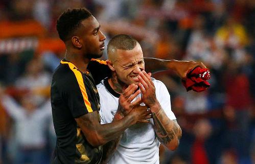 Nainggolan ôm mặt khóc khi ghi cú đúp nhưng không thể đưa Roma vào chung kết. Ảnh:Reuters.