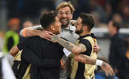 Klopp ôm các học trò khi lần thứ hai được dự trận chung kết Champions League. Ảnh:DM.