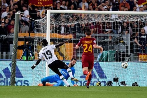 Pha ghi bàn của Mane vào lưới Roma tối 2/5. Ảnh: Reuters.