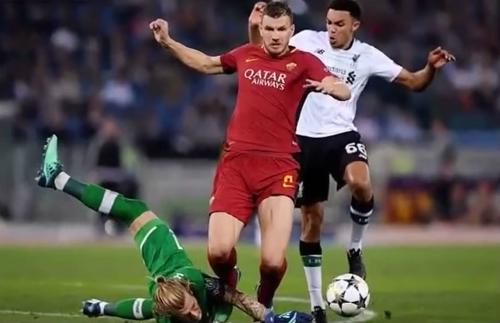 Dzeko bị thủ môn Karius cản ngã trong vòng 16m50. Ảnh:Reuters.