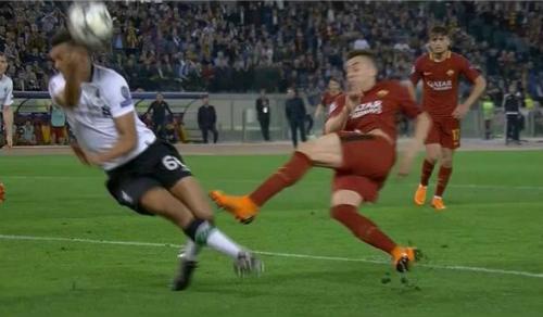 Roma bị từ chối hai quả phạt đền trước Liverpool