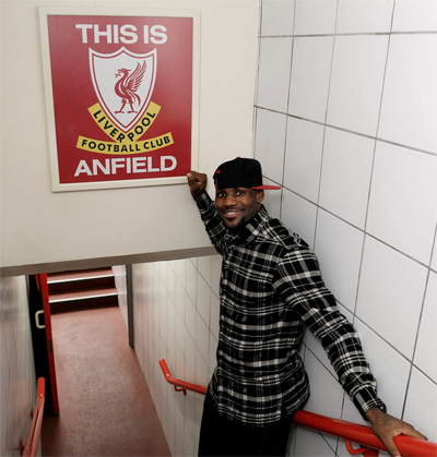 LeBron James từng đến sân Anfield thăm CLB Liverpool ngay sau khi mua cổ phần của đội bóng vào năm 2011. Ảnh: Twitter.