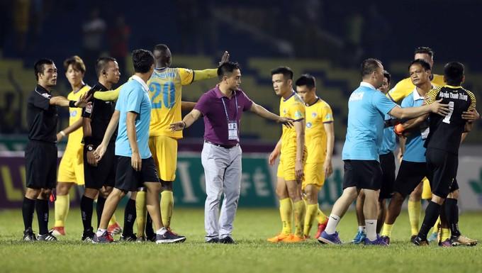Cầu thủ Thanh Hoá bao vây trọng tài sau trận đấu Sài Gòn