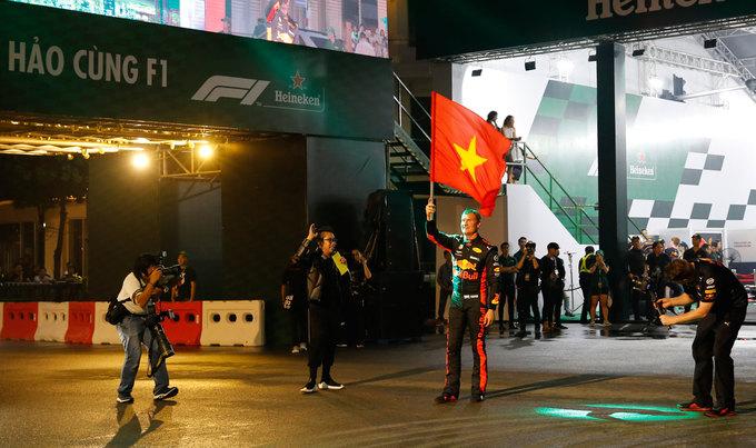 Xe đua F1 lần đầu chạy biểu diễn tại Việt Nam