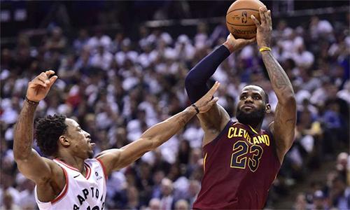 LeBron James tiếp tục làm khổ hàng thủ Raptors để đưa Cavaliers tiến gần trận chung kết miền Đông mùa này. Ảnh: AP.