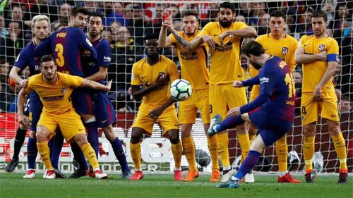 Messi sút phạt ghi bàn quyết định trong trận thắng Atletico. Ảnh: Reuters