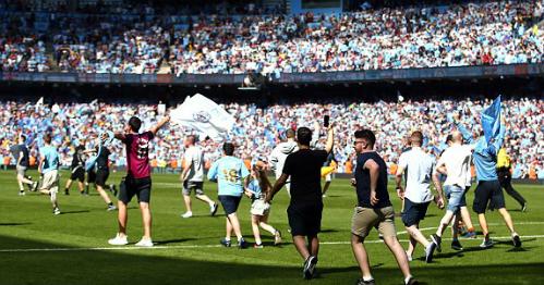 Kết quả hòa không ảnh hưởng tới niềm vui của cổ động viên Man City khi một số người tràn xuống sân sau tiếng còi khai cuộc để chào đón cup vô địch Ngoại hạng Anh. Ảnh:Empics Sport.
