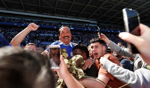 Tỷ phú Vincent Tan trong vòng vây người hâm mộ Cardiff City sau khi đội nhà thăng hạng. Ảnh:Reuters.