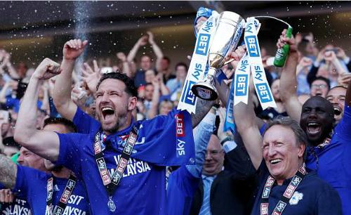 Đội trưởng Sean Morrison và HLV Warnock nâng danh hiệu tượng trưng cho tấm vé trở lại Ngoại hạng Anh. Ảnh:Reuters.