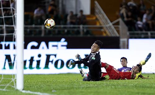 Các cầu thủ TP HCM bất lực nhìn đối phương ghi liền bốn bàn thắng. Ảnh: Đức Đồng.