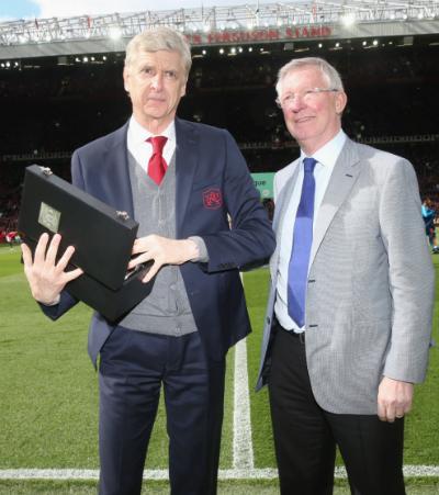 Ferguson tặng quà cho Wenger tại Old Trafford hôm 29/4. Ảnh: Man Utd.