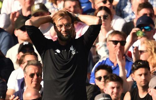 Klopp ôm đầu thất vọng khi chứng kiến Liverpool thua trận. Ảnh:AFP.
