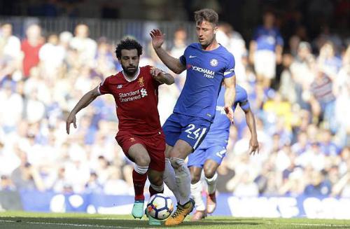 Pha va chạm giữa Salah và Cahill. Ảnh:AP.