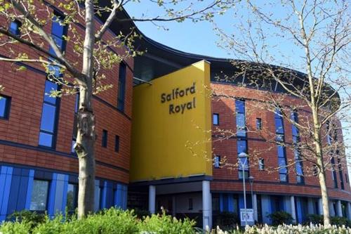 Bệnh viện Salford Royal nơi Alex Ferguson phẫu thuật. Ảnh: Reuters.