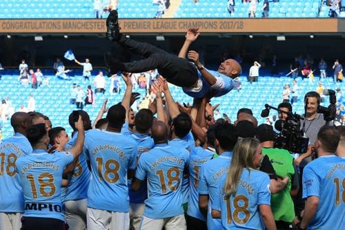 Guardiola được học trò tung hô trong màn mừng chức vô địch. Ảnh: Reuters.