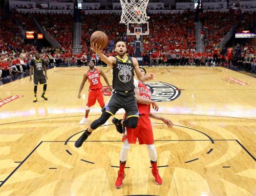 Curry (cầm bóng) cùng Durant là hai mũi công có độ sát thương cao nhất bên phía Warriors. Ảnh: AP.