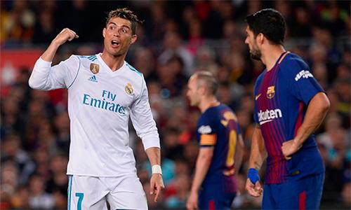 Ronaldo dính chấn thương nhẹ và không thể hoàn thành trận đấu tại Nou Camp. Ảnh: AFP.