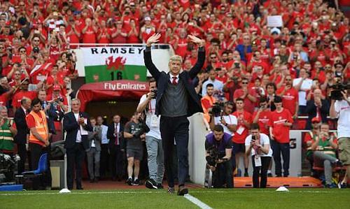 Wenger được Arsenal và CĐV tri ân trong trận cuối trên sân nhà. Ảnh: Arsenal.